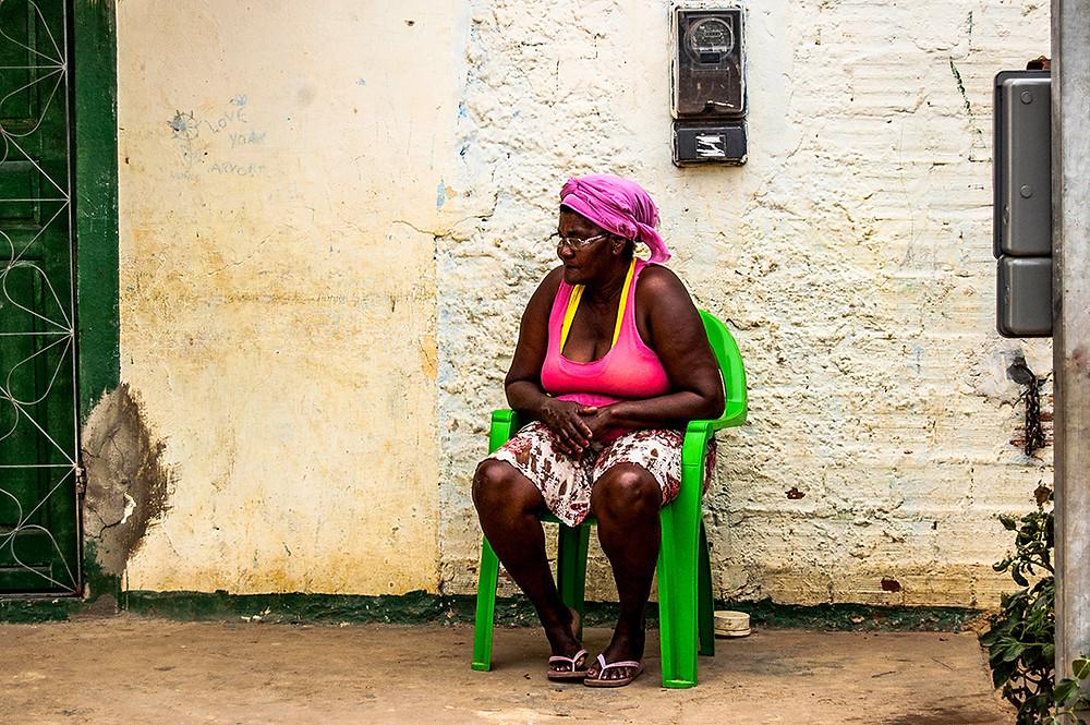 Fotografia de uma mulher negra no quilombo Dandá, em Simões Filho/BA.