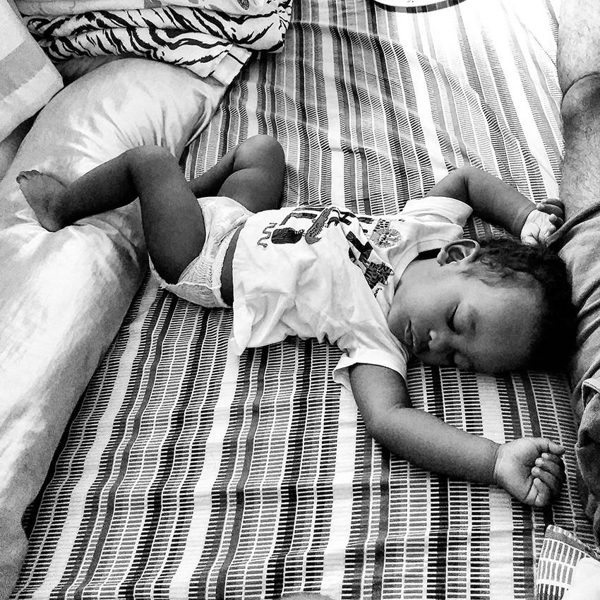 Fotografia de Dener Júnior dormindo.