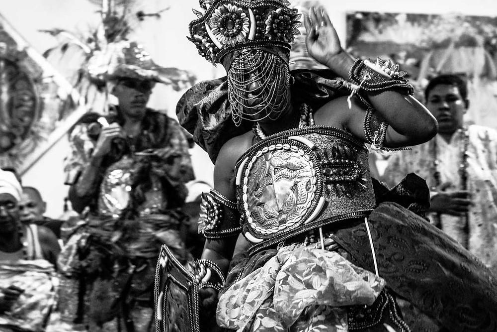 Fotografia da Orixá Obá manifestada na Ebome Aldenise Leal, do Ilê Axé Ogunjá.