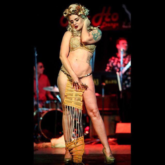 Xena Zeit-Geist burlesque gold corse