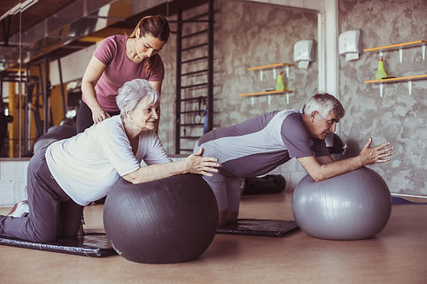 Personal trainer coaching seniors trainin for fitness