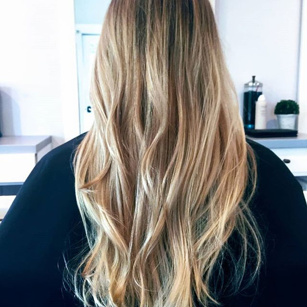 Beachy waves and balayage 💜__#beachywaves #balayagehair #blondebalayage #longhairstyles #number4haircare #goldwellcolor #livingproof #morocc