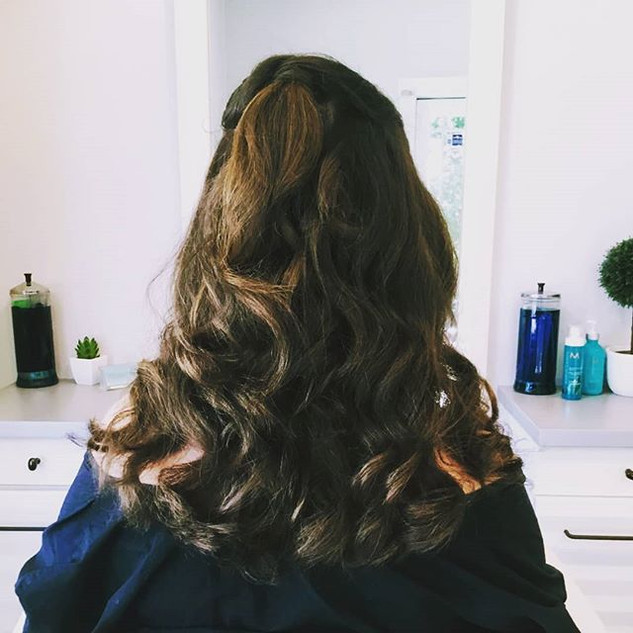 Ready for a big night out! 🎉__#softcurls #brunette #halfuphalfdown #longhairstyles #number4haircare #livingproofinc #hairbynicoleborghesi #b