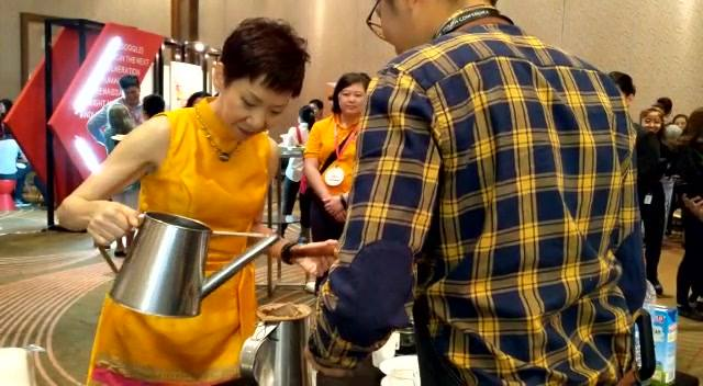 Minister for Culture, Community and Youth, Grace Fu brewing a nice cuppa. A big thanks to the folks for organizing National Youth Council Singapore #singaporeyouthconference2018 . . . #notjustcoffee  #vibrant  #coffee  #community  #sgfood  #instasg