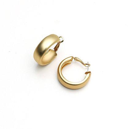 MODEST C-SHAPED RETRO EARRINGS // GOLD