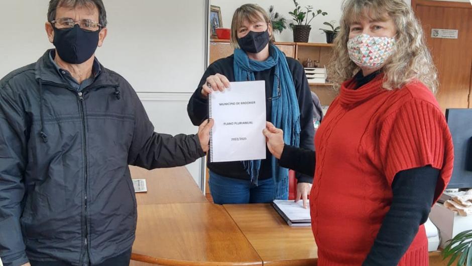 Prefeito Clauro e vice-prefeita Patrícia entregam Plano Plurianual 2022-2025 na Câmara de Vereadores
