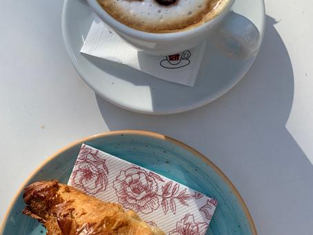 Café (délicieux) et cafe latte chez Glika Fotidis