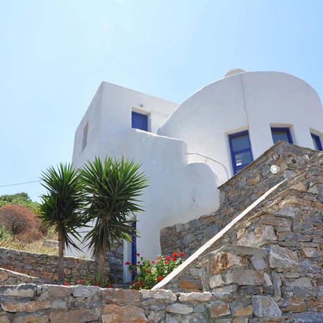 La maison et ses terrasses.