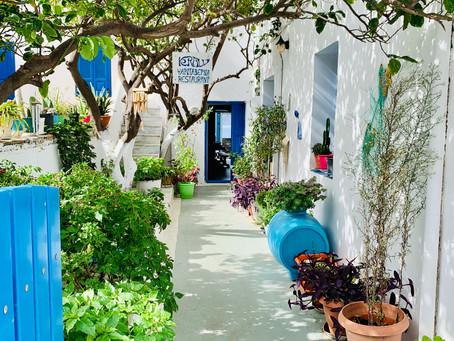 Restaurant dans une ruelle d'Aegiali
