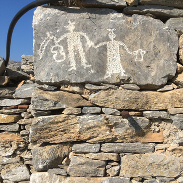 Gravures rupestres à Asfontilitis