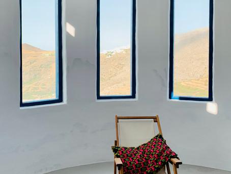 Dans le salon, vue sur la plaine d'Aegiali, Amorgos