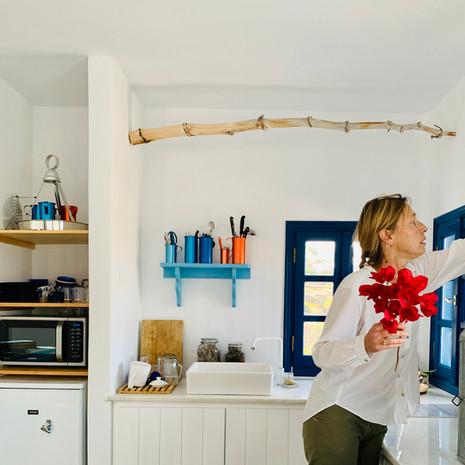 Préparer un bouquet de fleurs dans la cuisine