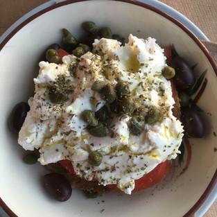 Olives, tomates et fromage de l'île.