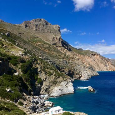 La plage d'Aghia Anna et sa chapelle.