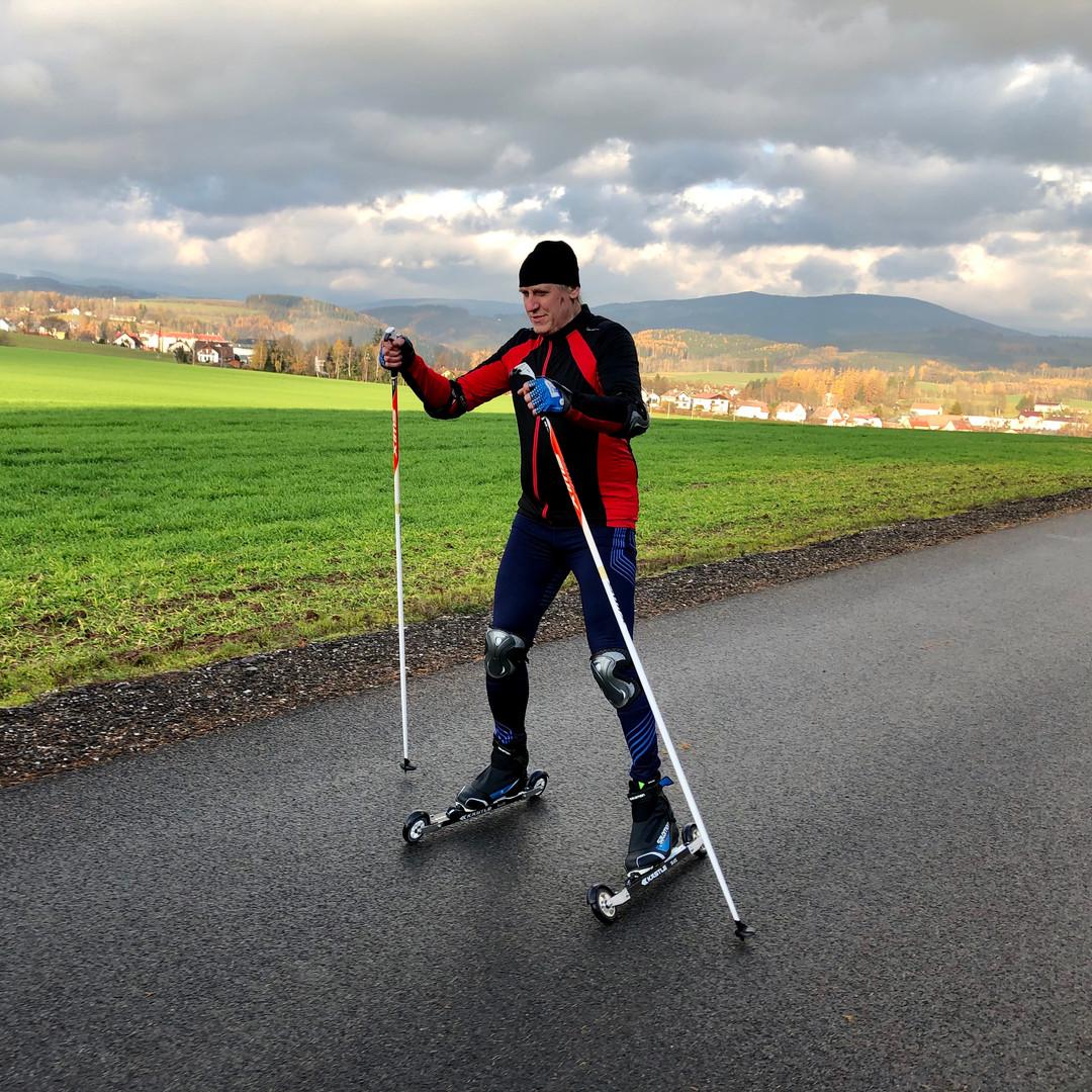 Výuka techniky na kolečkových lyžích