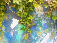 Zili-zaļā glezna Tējas Istabas dārzā.