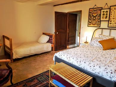 24.Grande chambre avec 1 lit double et 1 lit simple.