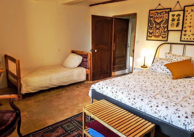 Premier étage. Grande chambre avec 1 lit double et 1 lit simple.