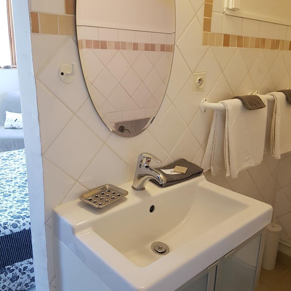 Studio Etienne bathroom