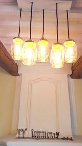Les lustres à pots Mason donnent une lumière chaude au salon.