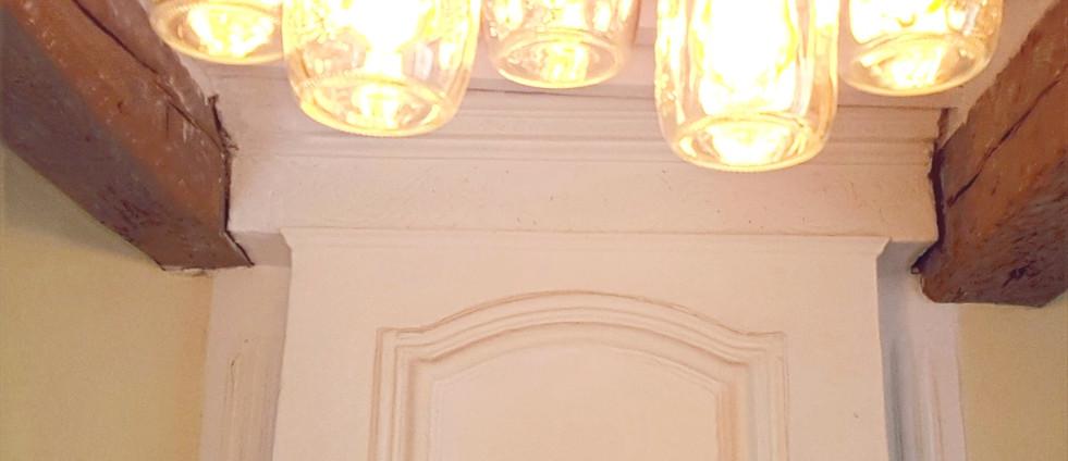 Les suspensions maison donnent une lumière chaude au  salle de séjour.
