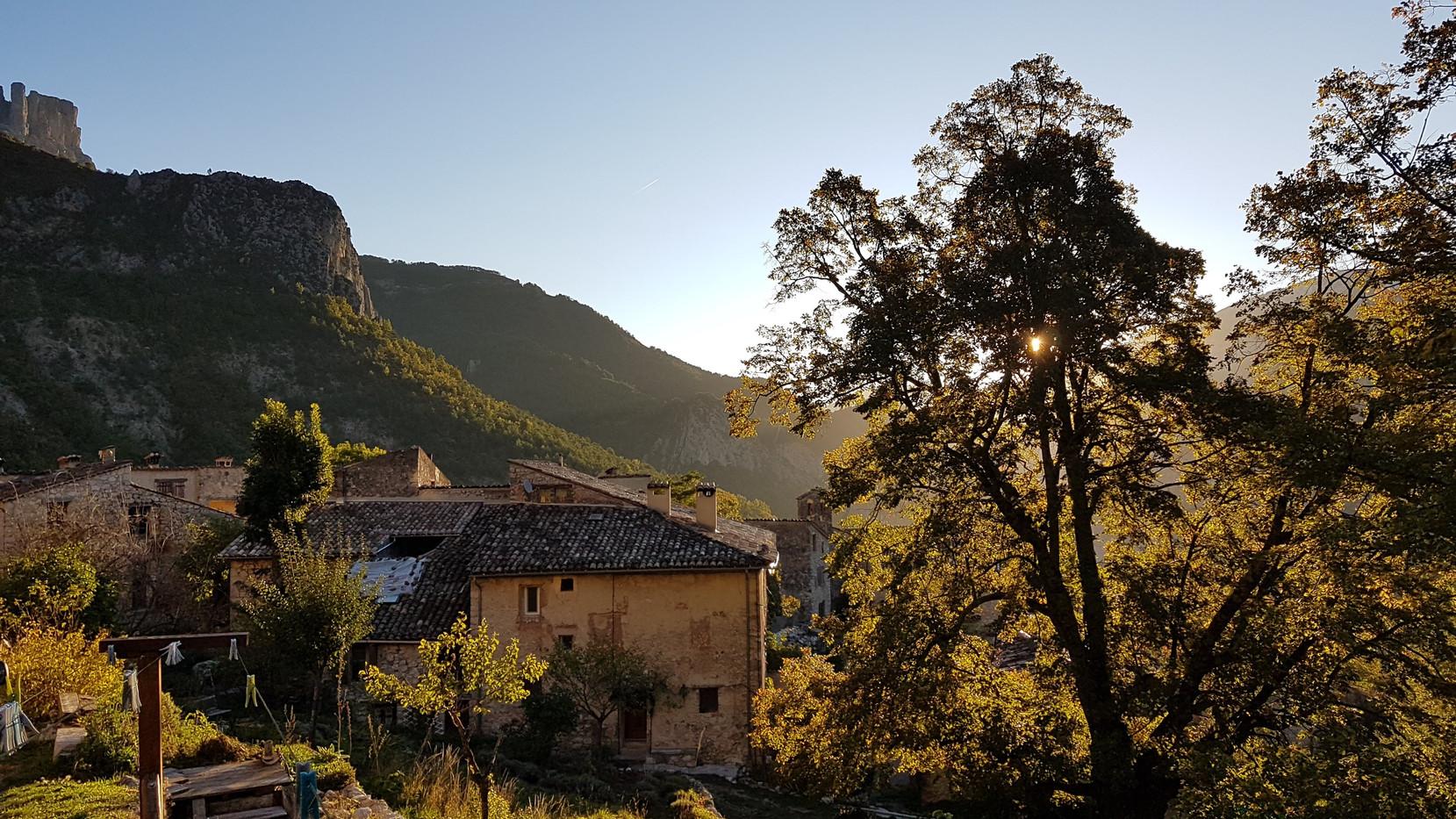 Village de Chasteuil matin