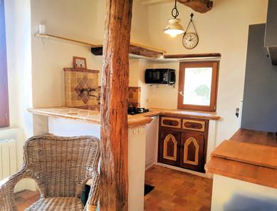 La cuisine, carrelage et évier en travertin.