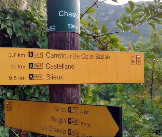 Chemin de grande randonnée GR4, traverse le village, passe au pied des chambres