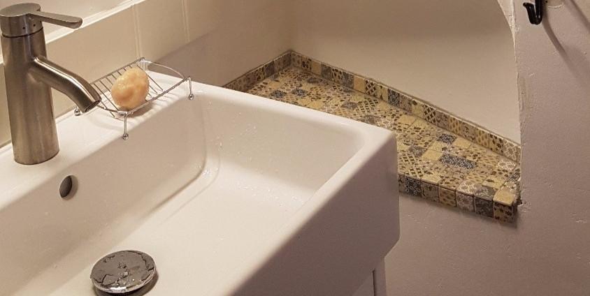Premier étage salle d'eau avec douche et WC.
