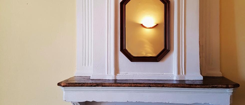 Belle cheminée ancienne decorative.