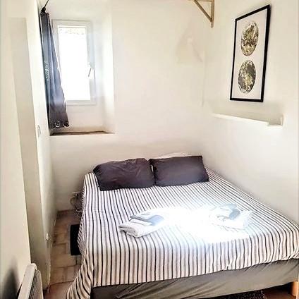 Premier étage. Petite chambre accueillante pour 2 personnes. La préférée de tout le monde.