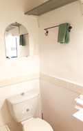Salle d'eau avec douche et WC.