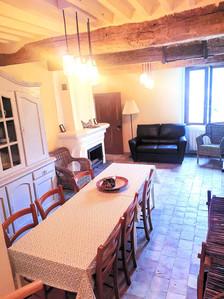 La salle de séjour avec table à manger et cheminée.