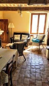 La salle de séjour avec grande table à manger et cheminée.