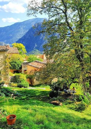 """Allée des tilleuls, le """"jardin"""" du gîte avec une vue somptueuse sur les gorges."""