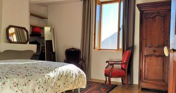 Grande chambre avec vue sur le village et les Gorges.