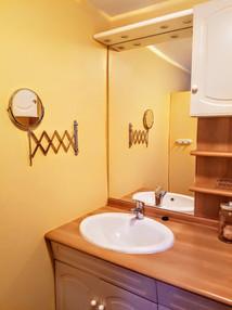 Au rez-de-chaussée, salle d'eau, WC indépendant et une machine à laver.