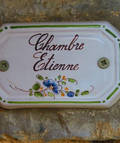 Plaque de porte Studio Etienne en faïence de Moustiers St. Marie