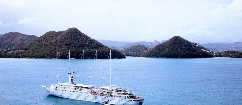 Barco de cruceros en el agua