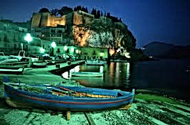 Una vista del castello in notturna da Marina Corta