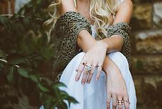 Les mains avec des bijoux de femme