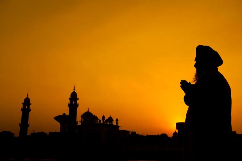 A devotee at Harmandir Sahib