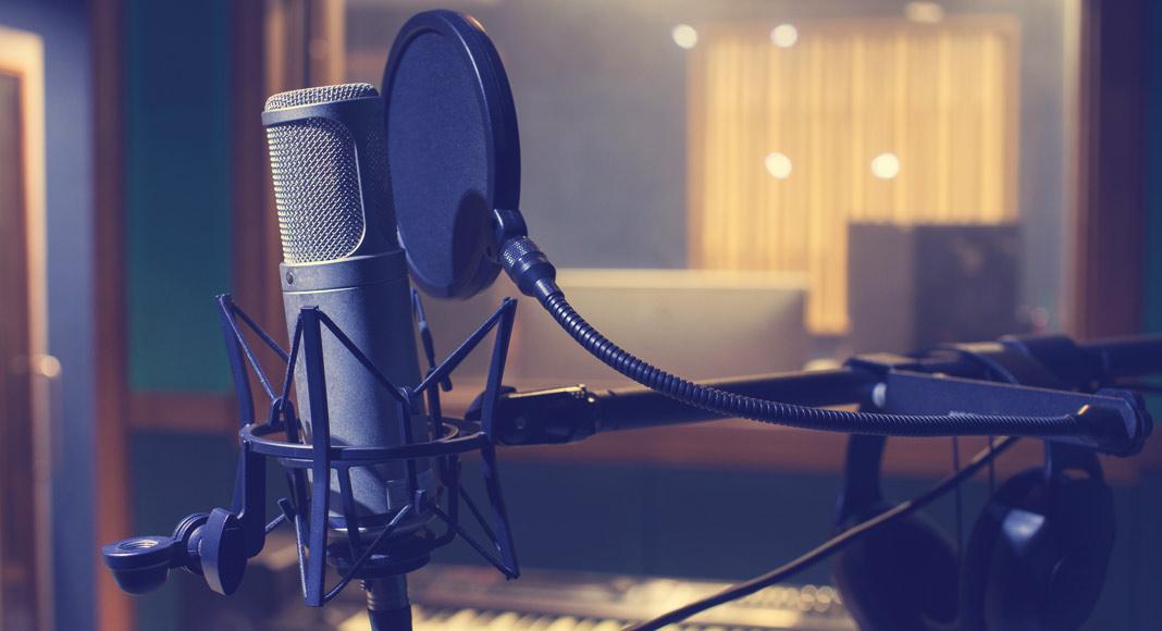 MR-2092-microphone-studio