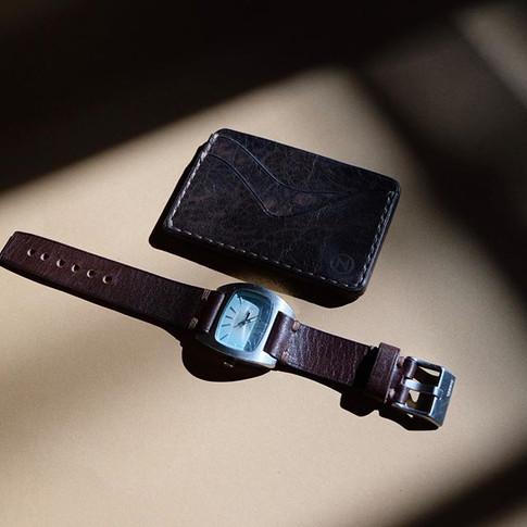 Kartenetui und Uhrarmband.