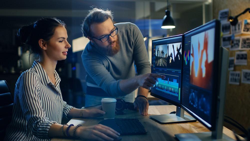 Video making. Persona señalando pantalla de edición. Edición para conmover. Cuidado en los detalles de la edición. Strytelling. Storymaking