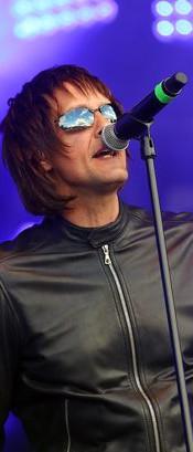 Paul (Liam) on stage a Glastonbudget Festival