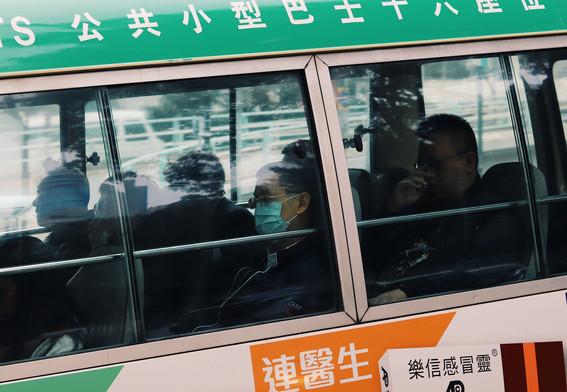 Mannen in een minibus