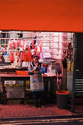 Vrouw wacht op einde werkdag