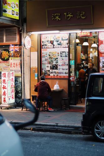 Lekker dineren in een licht verlicht hoekje van de straat