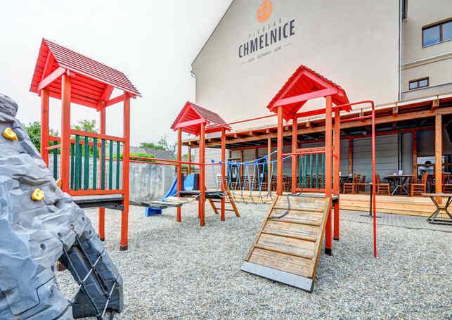 Dětské hříště a venkovní posezení Restaurace Hotelu Chmelnice. | Hotel Chmelnice Napajedla